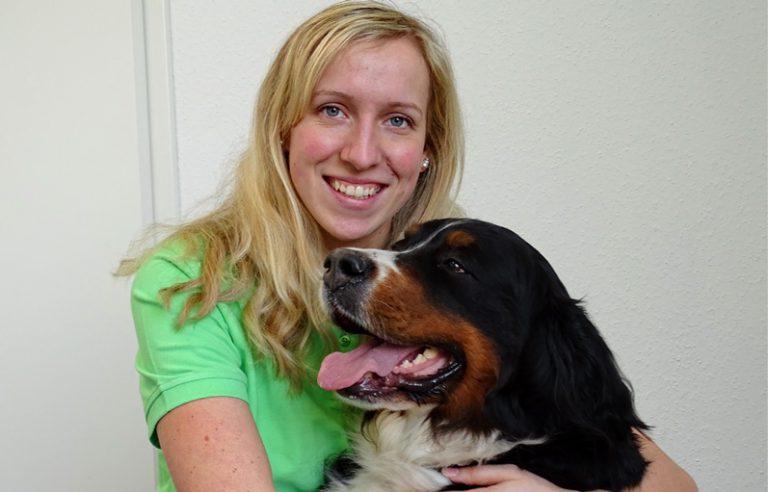 Tierartzhelferin und Hund